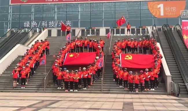 寿光圣城街上,数百人骑自行车,庆党100周年